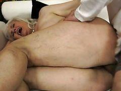 Молодой мужчина трахает в жопу толстую старуху