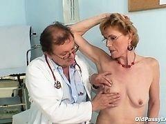 Старая тетка трахается с гинекологом в кабинете