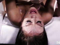 телка ждет когда сперма покроет ее лицо