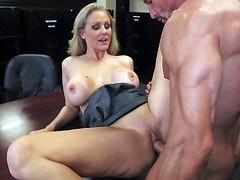 Соблазнительная секретарша Julia Ann с большими сиськами ебется с боссом на столе