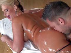 Молодой горячий массажист трахнул зрелую маму Phoenix Marie