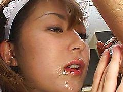 Хозяин кончает на лицо азиатской домработнице