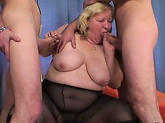 Огромная сиськастая бабушка глотает два члена