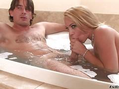 Зрелая блондинка сосет член в ванной