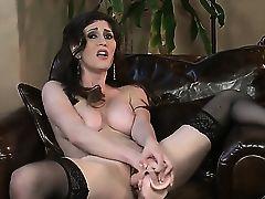 Соблазнительная Just Amber в чулках шлифует свою манду большим дилдо