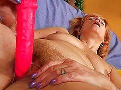 Старая проститутка ебет свою волосатую манду большим красным дилдо