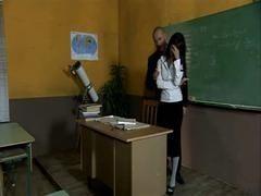 Похотливый препод совратил невинную студентку