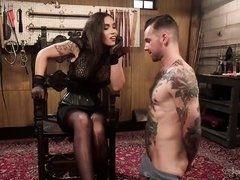 Госпожа в коже Tori Mayes шлепает и трахает покорного раба