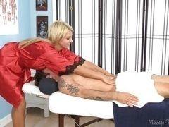 Laela Pryce делает Alan Stafford горячий и скользкий массаж