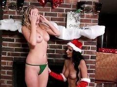 Лесбиянка Amber Cox трахается с грудастой подругой под новогодней елкой