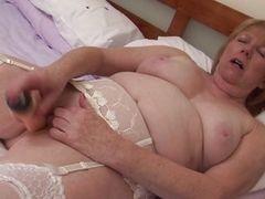 Белокурая старая женщина трахает себя ее любимой секс игрушкой