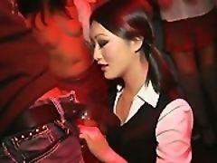 Молодые азиатские пышные формы демонстрируют тела в клубе