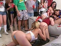 Сумасшедшая порно вечеринка с возбужденными шлюхами