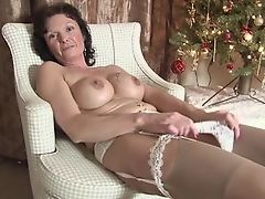 Грудастая зрелая мама, наслаждающаяся ее мастурбацией.