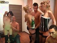 Порно вечеринка колледжа с возбужденными красивыми цыпочками