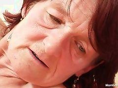 Черноволосая бабуля, мастурбирующая на ее кровати