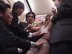 Азиатская девушка, окруженная возбужденными мужиками