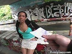 Черная девушка сосет хуй за деньги