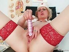Медсестра сексуальной блондинки, мастурбирующая с дилдо на рабочем месте