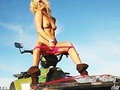Красивая грудастая девушка мастурбирует в горах