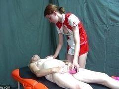 Молодая медсестра долбит старую пизду