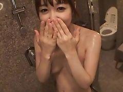 Непослушная японка расслабляется в душе