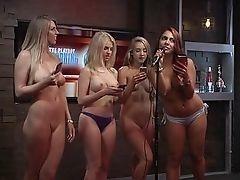 Топлесс девушки качают утреннее шоу