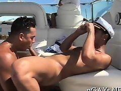 Симпатичный гей отсасывает у мускулистого красавца на яхте