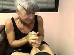 Бабушка обхватывает стояк и дрочит руками с наслаждением