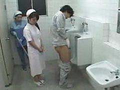 Азиатская медсестра и уборщица терпеливо ждут пока парень подрочит в туалете
