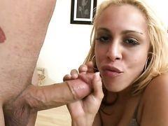 Блондинка Taylor Ray с удовольствием заглатывает большой пульсирующий член в свой рот