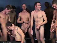 гей отсасывает у толпы своих друзей
