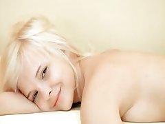 миниатюрная блондинка опробует действие вибратора