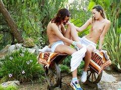 две лесбиянки ласкают себя на природе