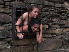 двух голых рабынь держат в камере
