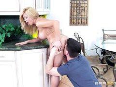 Зрелая блондинка ебется с молодым парнем на кухне